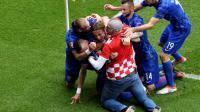 Luka Modric fête son but avec ses coéquipiers et un supporter entré sur le terrain, lors du match contre la Turquie à l'Euro, le 12 juin 2016 au Parc des Princes [PHILIPPE LOPEZ / AFP]