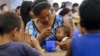 Une mère vénézuélienne nourrit son enfant dans un abri pour migrants, le 7 février 2019 à la frontière entre la Colombie et le Venezuela [SCHNEYDER MENDOZA / AFP/Archives]