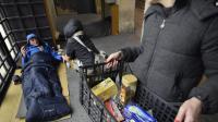 Des membres d'une association à la rencontre d'une personne sans domicile fixe le 28 novembre 2013 à Paris  [Arnaud Guillaume / AFP/Archives]