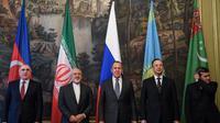 Les ministres des Affaires étrangères des pays de la mer Caspienne, dont le Russe Sergei Lavrov (centre) et l'Iranien Mohammad Javad Zarif (2e en partant de la gauche), le 5 décembre 2017 à Moscou [Kirill KUDRYAVTSEV / AFP/Archives]