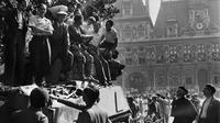 La foule accueille les troupes alliées devant l'hôtel de ville de Paris le 25 août 1944 [- / AFP/Archives]