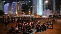 Des manifestants antigouvernementaux rassemblés lors d'une veillée à Hong Kong, le 6 juillet 2019 [HECTOR RETAMAL / AFP]