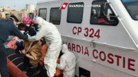 Photographie publiée le 30 avril 2016 par les gardes-côtes italiens montrant des migrants débarquant au port de Lampedusa après une opération de sauvetage, au large de la Libye [HO / AFP/Archives]