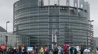 Des visiteurs devant le Parlement européen à Strasbourg le 19 mai 2019  [PATRICK HERTZOG / AFP]