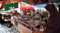 Des blessés et leurs familles dans un hôpital de fortune à Mataram le 20 août 2018, sur l'île de Lombok en Indonésie, touchée par de multiples séismes [STR / AFP]