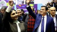 Les deux coprésidents du HDP, principal parti prokurde de Turquie, Figen Yüksekdag et Selahattin Demirtas, à Ankara le 24 janvier 2016 [ADEM ALTAN / AFP/Archives]