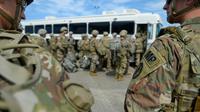 """Des soldats arrivent à l'aéroport Valley International d'Harlingen au Texas pour conduire les premières opérations de l'opération """"Patriote fidèle"""" le long de la frontière avec le Mexique, le 1er novembre 2018 (transmise par l'US Air Force) [Alexandra Minor / US AIR FORCE/AFP]"""
