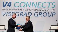 Le Premier ministre hongrois Viktor Orban salue son homolgue slovaque Peter Pellegrini lors d'une conférence de presse à Budapest le 21 juin 2018 [FERENC ISZA / AFP]