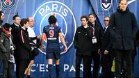 L'attaquant du PSG Edinson Cavani quitte la pelouse, blessé, lors du match contre Bordeaux, le 9 février 2019 au Parc des Princes [FRANCK FIFE / AFP]