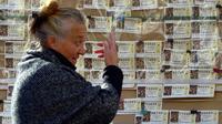 Une vendeuse de billets de loterie, le 20 décembre 2017 à Madrid [PIERRE-PHILIPPE MARCOU / AFP]