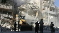 Déblaiement des décombres d'un immeuble détruit par les bombardements du régime syrien le 24 septembre 2016 à Alep [THAER MOHAMMED / AFP]