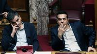 Le Premier ministre grec Alexis Tsipras (à droite) et le ministre des finances Euclid Tsakalotos au Parlement à Athènes le 22 mai 2016 [ANGELOS TZORTZINIS / AFP]