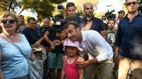 Emmanuel Macron pose pour les caméras lors d'un bain de foule le 7 août 2018 à Bormes-les-Mimosas, non loin du Fort de Brégançon, résidence d'été des présidents français [Boris HORVAT                         / AFP]