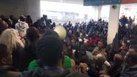 A l'appel des «Gilets noirs», plusieurs centaines de personnes se trouvaient à l'intérieur du T2 de Roissy pour dénoncer les expulsions des sans-papiers.