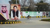 Des portraits du Premier ministre pakistanais Imran Khan (d) et du prince héritier saoudien Mohammed ben Salmane (g) avant son arrivée au Pakistan, le 15 février 2019 à Islamabad [AAMIR QURESHI / AFP]