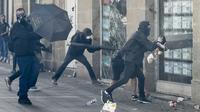 """Des manifestants attaquent une agence immobilière lors du rassemblement national des """"gilets jaunes"""", samedi 14 septembre à Nantes [Sebastien SALOM-GOMIS / AFP]"""