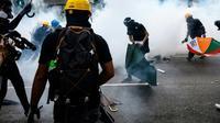 """La police de Hong Kong tire des gaz lacrymogènes sur une manifestation """"anti-triades"""" à Yuen Long, le 27 juillet 2019 [Philip FONG / AFP]"""