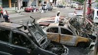 Des voitures calcinées après un attentat suicide à Lattaquié, le 13 août 2015, en Syrie [ / SANA/AFP/Archives]