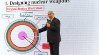 """Le Premier ministre israélien Benjamin Netanyahu montre ce qu'il présente comme des """"preuves"""" sur un plan nucléaire secret de l'Iran, le 30 avril 2018 à Tel-Aviv [Jack GUEZ  / AFP]"""
