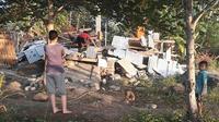 Des Indonésiens fouillent dans les décombres d'une maison de Lombok en Indonésie après un tremblement de terre, le 29 juillet 2018 (Photo transmise par l'agence indonésienne de gestion des catastrophes) [Handout / Nusa Tenggara Barat Disaster Mitigation Agency/AFP]