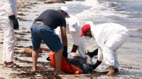 Un cadavre récupéré par des membres de la Croix Rouge libyenne le 28 août 2015 à Zuwara en Libye [MAHMUD TURKIA / AFP]