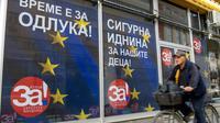 """Une affiche électorale avec le slogan """"Pour une Macédoine européenne!"""" à Skopje le 29 septembre 2018. [Robert ATANASOVSKI / AFP]"""