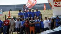Des salariés de l'équipementier automobile GM&S devant le site de Renault à Villeroy, dans l'Yonne, le 18 juillet 2017 [PASCAL LACHENAUD / AFP]