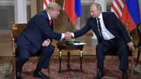 Poignée de main entre Donald Trump et Vladimir Poutine le 16 juillet 2018 à Helsinki [Aleksey Nikolskyi / SPUTNIK/AFP]
