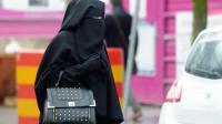 Une femme vêtue d'un voile islamique intégral, le niqab, dans une rue de Roubaix dans le nord de la France, le 9 janvier 2014 [Philippe Huguen / AFP/Archives]
