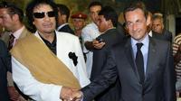 L'ancien leader libyen Mouammar Kadhafi (G) et l'ex-président français Nicolas Sarkozy (D) lors d'une visite officielle à Tripoli le 25 juillet 2007 [Patrick KOVARIK / AFP/Archives]