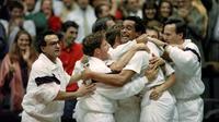 Yannick Noah, ses joueurs et son encadrement exultent après la victoire de la France en finale de la Coupe Davis face aux Etats-Unis, le 30 novembre 1991 à Lyon [JEAN-LOUP GAUTREAU / AFP/Archives]