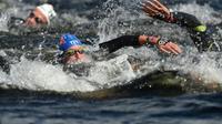 Le Français Marc-Antoine Olivier (c) au 10 km en eau libre lors de l'Euro-2018 de natation, le 9 août 2018 à Glasgow [Oli SCARFF / AFP/Archives]