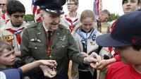 L'ancien pilote américain Gail Halvorsen - qui a participé au pont aérien de Berlin - distribue des bonbons aux membres d'une équipe berlinoise de baseball et à des scouts américains, lors d'une cérémonie sur l'ancien aéroport de Tempelhof, à Berlin le 11 mai 2019 [MICHELE TANTUSSI / AFP]
