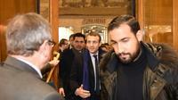 Photo en date du 13 décembre 2016 montrant Emmanuel Macron (C), à l'époque candidat à la présidentielle, précédé par son garde du corps Alexandre Benalla (D), dans une librairie de Bordeaux [NICOLAS TUCAT / AFP/Archives]