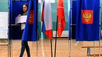 Une jeune femme sort d'un isoloir dans un bureau de vote, le 8 septembre 2019 à Saint-Pétersbourg, en Russie [Olga MALTSEVA / AFP]