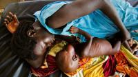 Une mère et son enfant malnutri le 11 octobre 2016 à Aweil au Sud Soudan [ALBERT GONZALEZ FARRAN / AFP/Archives]