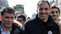 Le premier secrétaire du PS Olivier Faure (à gauche) et l'essayiste Raphaël Glucksmann (à droite), lors de la marche pour le climat, à Paris le 16 mars 2019 [Thomas SAMSON / AFP]