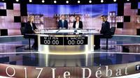 Les candidats à la présidentielle Marine Le Pen (g) et Emmanuel Macron (d) avant le débat télévisé diffusé sur France 2 et TF1, le 3 mai 2017 à La Plaine-Saint-Denis, au nord de Paris [Eric FEFERBERG / POOL/AFP]