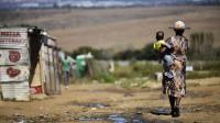 Une femme et son enfant dans un bidonville sur le continent africain, le 24 avril 2014 [Mujahid Safodien / AFP/Archives]