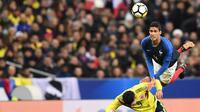 Le défenseur français Raphaël Varane à la lutte avec l'attaquant colombien Radamel Falcao lors du match amical, au Stade de France à Saint-Denis, le 23 mars 2018 [FRANCK FIFE / AFP/Archives]