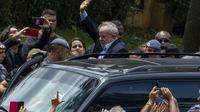L'ex-président brésilien Luiz Inacio Lula da Silva arrive sous les acclamations de ses partisans aux obsèques de son petit-fils près de Sao Paulo et accompagné d'une escorte policière, le 2 mars 2018 [Miguel SCHINCARIOL / AFP]