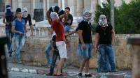 Des Palestiniens lancent des pierres sur les forces israéliennes de sécurité le 15 octobre 2015 à Bethlehem [MUSA AL-SHAER / AFP]