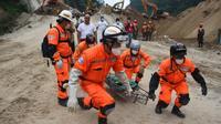 Des équipes de secours transportent le corps d'une victime après un glissement de terrain  à Santa Catarina Pinula, le 6 octobre 2015 au Guatemala [JOHAN ORDONEZ / AFP]