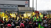 Des manifestants contre le nucléaire devant le réacteur EPR en construction à Flamanville, le 1er octobre 2016 [CHARLY TRIBALLEAU / AFP]