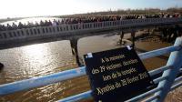 Une plaque commémorative est photographiée le 27 février 2011 sur le pont reliant La Faute-sur-Mer et L'Aiguillon-sur-Mer [Frank Perry / AFP/Archives]