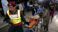 Évacuation d'un blessé après l'explosion d'une bombe près d'un poste de contrôle policier à Raiwind, dans la banlieue de Lahore, le 14 mars 2018 [ARIF ALI / AFP]