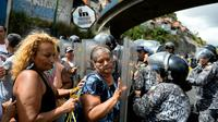 Colère dans les rues de Caracas où les gens excédés par les pénuries s'opposent aux forces de l'ordre, le 28 décembre 2017 [FEDERICO PARRA / AFP]