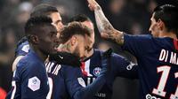 Neymar félicité par ses équipiers du Paris SG après son but contre Nantes en L1 au Parc des Princes le 4 décembre 2019 [FRANCK FIFE / AFP/Archives]