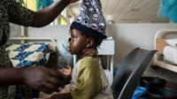 Une fillette blessée à coups de machette lors d'un massacre intercommunautaire dans le centre du Nigeria est soignée à l'hopital de Jos, le 28 juin 2018. [STEFAN HEUNIS / AFP]