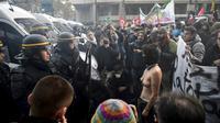 """Des manifestants à Paris pour une """"marche sur l'Elysée"""" contre """"la politique anti-sociale"""" d'Emmanuel Macron, dénonçant la baisse des emplois aidés, les réformes du code du travail et de l'ISF, le 18 novembre  [Martin BUREAU / AFP]"""